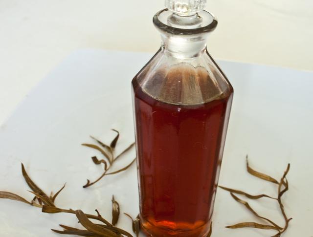 otet din vin, aromatozat cu tarhon