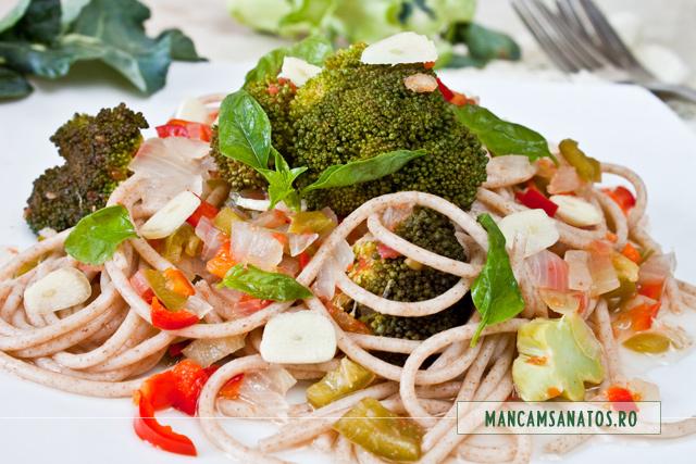 paste integrale cu broccoli, ceapa, ardei, fierte asezonate cui usturoi si frunze de busuioc