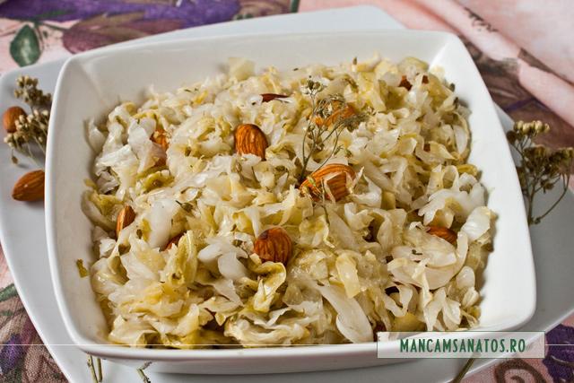 salata de varza murata cu migdale si flori de coada soricelului