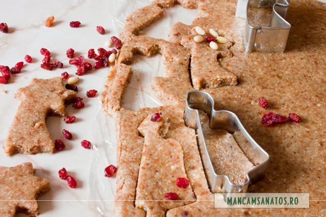 blat raw vegan decupat cu formele, pentru fursecuri festive