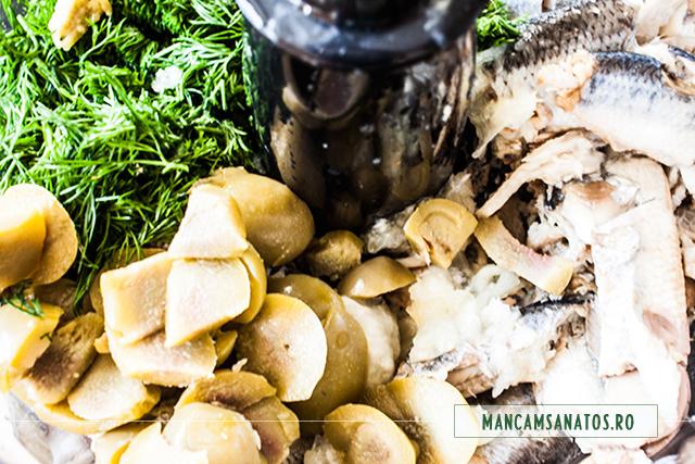 ingrediente in robot, pentru crema aperitiv festiv cu ciuperci si hering