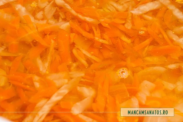ceapa, morcovi si telina, fierte, pentru ciorba de cartofi mov, cu rozmarin