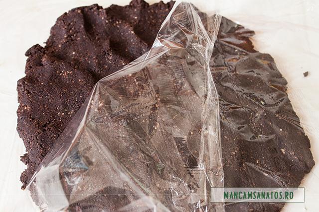 unt de cacao, pudra de roscove si miere de albine, amestecate, pentru ciocolata pura, raw