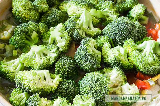 broccoli adaugat peste legume, la fiert