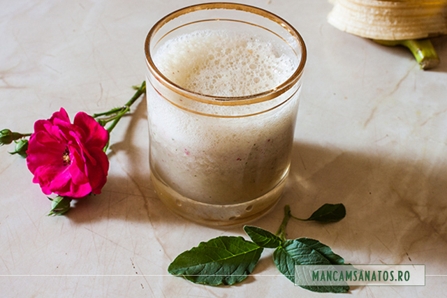 smoothie de banane, cu menta, lamaie si petale de trandafir