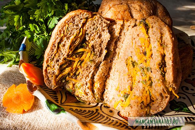 painica integrala roluita, cu morcovi si patrunjel verde, feliata