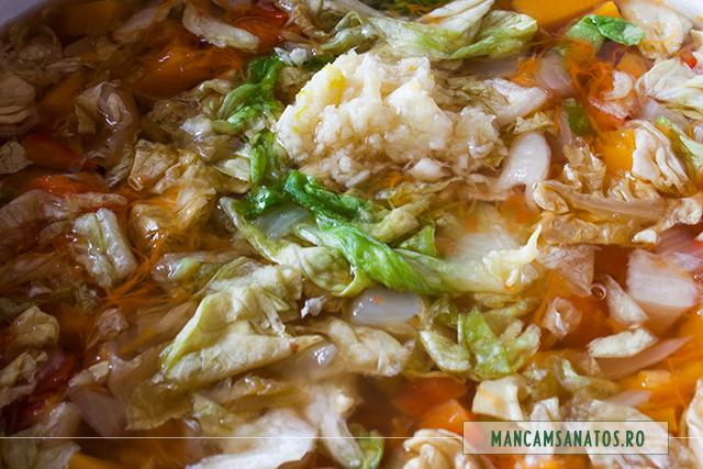 usturoi adaugat in ciorba picanta de dovleac si salata verde