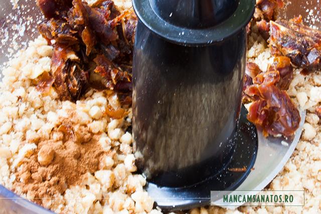 ingrediente in robot, pentru blat placinta rustica raw vegana, cu mere