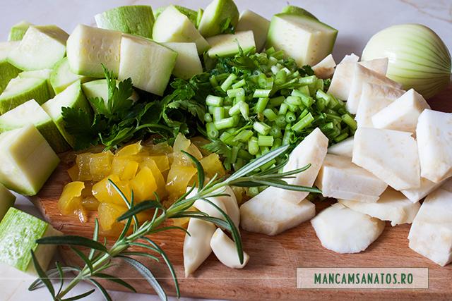 ingrediente crude pregatite de adaugat in blender, pentru supa crema de cartofi dulci