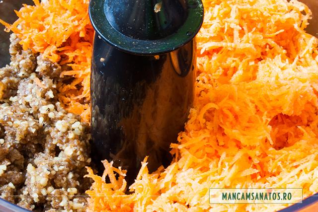 pulpa de morcovi adaugata in robot, pentru blat de tort raw vegan