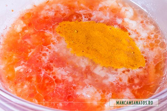 sos din suc de rosii, curcuma, usturoi, ulei de floarea soarelui, suc de lamaie
