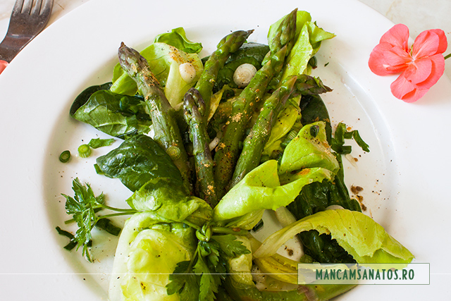 sparanghel (asparagus) la abur, cu verdeturi si mirodenii