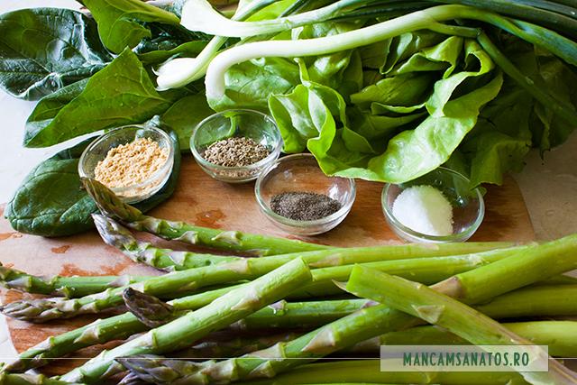 verdeturi si mirodenii, alaturi de sparanghel (asparagus) pregatit pentru fiert la abur