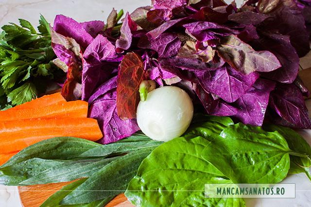 ceapa, morcov si frunze pentru supa crema de loboda si patlagina