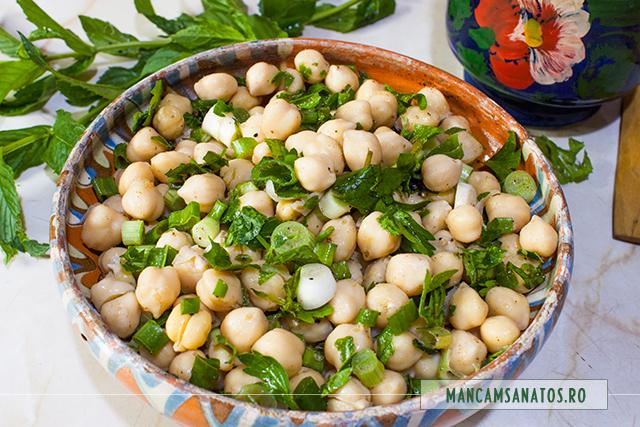 salata de naut, cu verdeturi aromate si condimente
