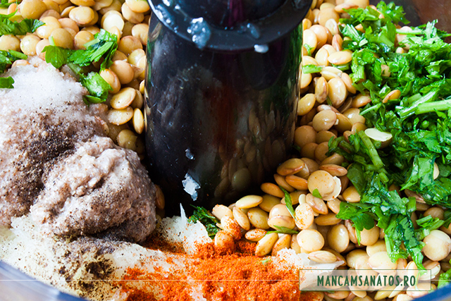 linte, ceapa, mirodenii ,ou vegetal din seminte de chia, patrunjel, pentru chiftele vegane