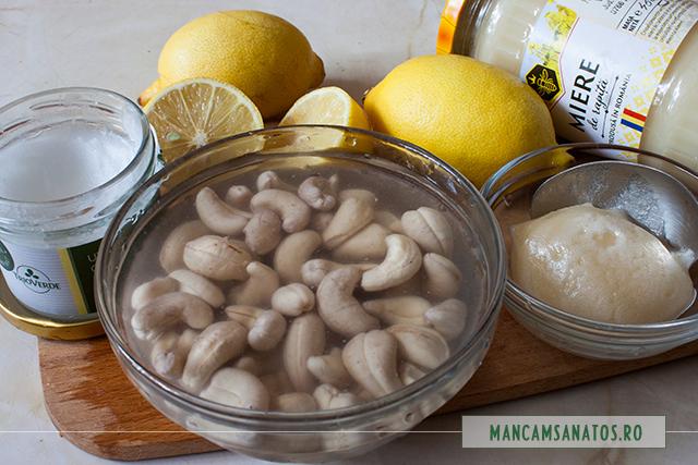 alune de caju, hidratate si alte ingrediente, pentru crema de lamaie raw vegana