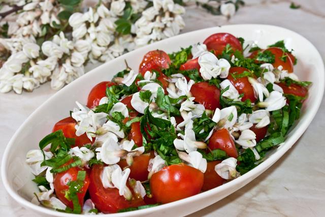 salata cu flori de salcam, rosi cherry, patrunjel si leurda
