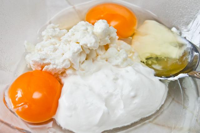 smantana, branza de vaci, 2 galbenusuri si un albus de ou, pentru muffins