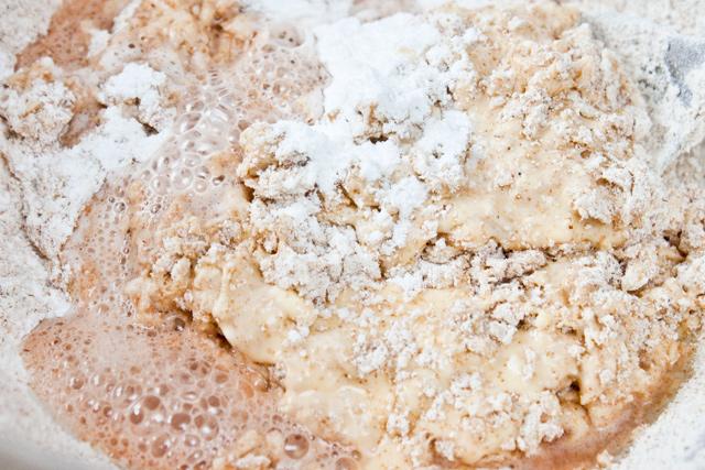 smantana, branza de vaci, 2 galbenusuri si un albus de ou, faina integrala si parf de copt cu otet din vin, pentru muffinspentru muffins