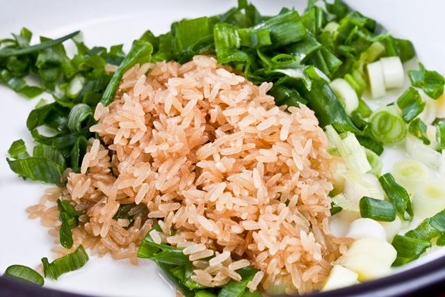 orez brun si ceapa verde taiata, pentru ciorba