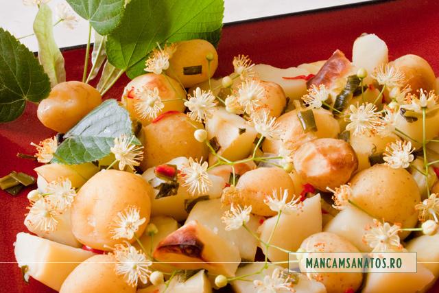 cartofi noi cu ardei, cepa verde la cuptor, cu bractee si flori de tei