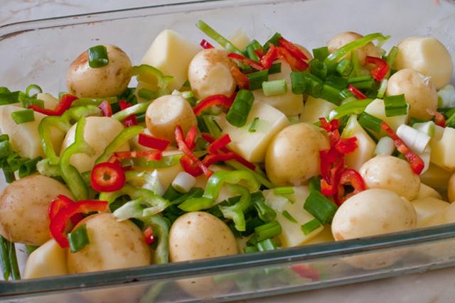 cartofi noi cu ardei gras, ardei capia si ceapa verde