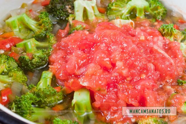 ceapa, ardei gras, broccoli si rosii, fierte, pentru paste integrale