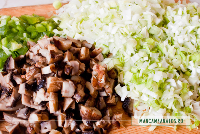 ciuperci, ardei si praz pentru rulada integrala cu bulion