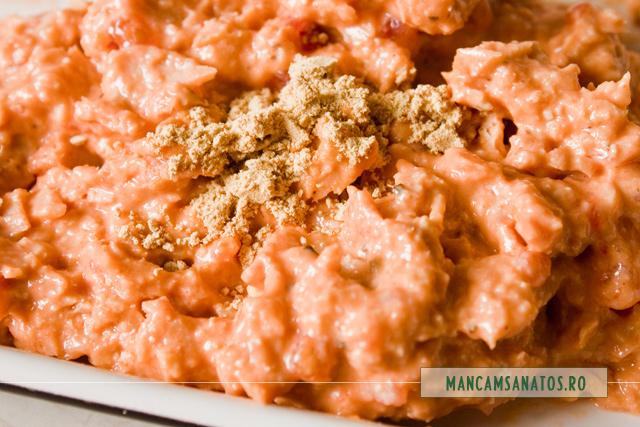 crmea din somon in sos tomat cu busuioc, nuci de caju macinate si pudra de ghimbir