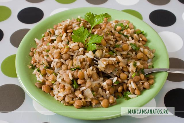 orez brun, cu linte verde, ceapa, patrunjel si schinduf