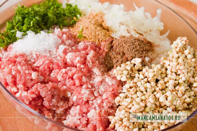carne tocata de berbecut, cu sare,patrunjel,schinduf si ienibahar, pentru sarmale