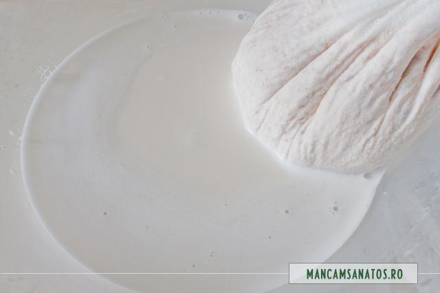 lapte scurs din migdale crude si apa plata, blenduite