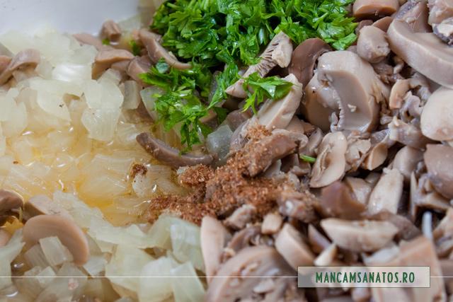 ceapa fiarta cu ciuperci, ulei presat la rece, patrunjel si ienibahar macinat, pentru garnitura la ratoi salbatic copt.