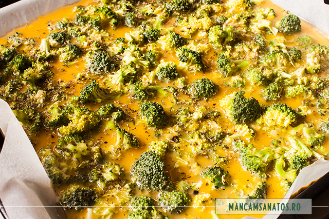 oua batute cu broccoli, mirodenii, ulei sare si oregano, pentru omleta coapta