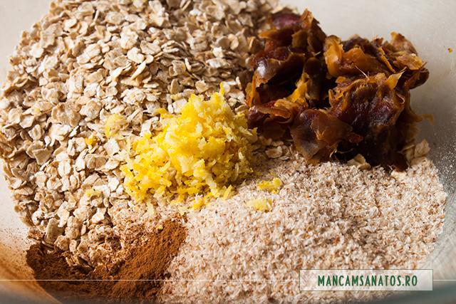 ingrediente  adunate in bol, pentru  biscuiti raw, cu ovaz si curmale