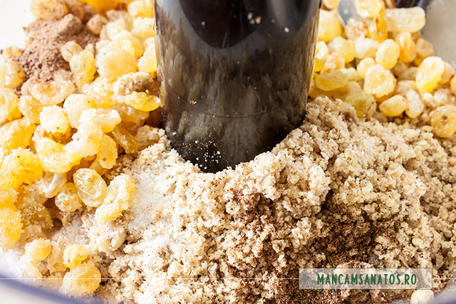 faina de nuca, stafide aurii, sare, lamaie si mirodenii, pentru blat de pasca raw