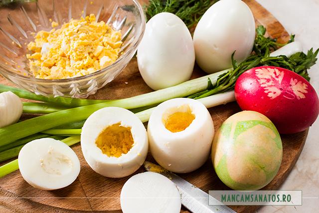 oua fierte, vopsite, curatate si scobite pentru umplut cu verdeturi picante