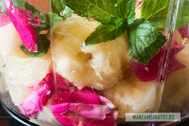 banana, frunze de menta, petale de trandafir, suc si pulpa de lamaie, in blender, pentru smoothie
