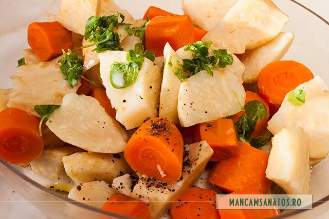 morcovi si telina fierte, asezonate cu ingrediente crude, pentru piure