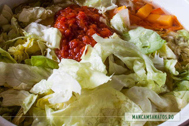 salata verde si bulion, adaugate in ciorba picanta de dovleac cu salata verde