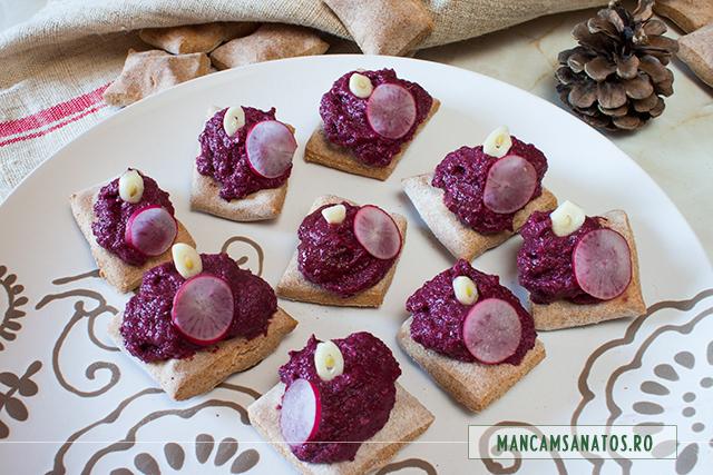 bucheuri rustice, din paine integrala nedospita cu crema de sfecla rosie