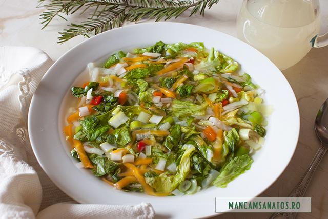 bors picant vegetarian, cu radacinoase si salata verde