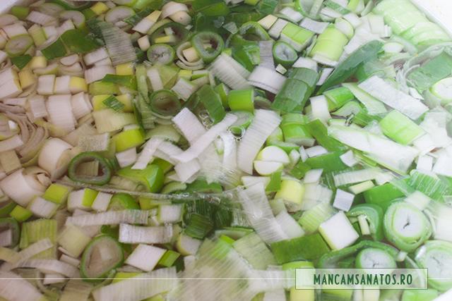 ceapa verde, adaugata dupa cea u fiert radacinoasele si ardeiul pentru bors vegetarian