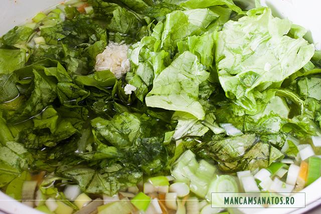 salata verde cruda, adaugata in borsul vegetarian picant, de radacinoase