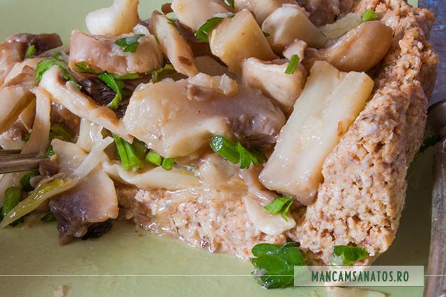 tarta raw vegana, cu ciuperci marinate, felie