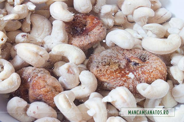 alune de caju si smochine, la hidratat pentru tort raw vegan de morcovi