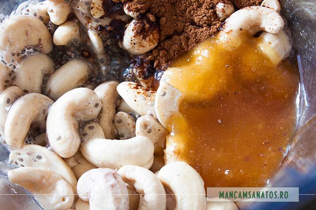 alune de caju, seminte hidratate de chia, miere si pudra de carob, pentru crema pasca raw vegana