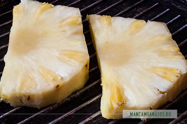 felii proaspete de ananas, pe gratar