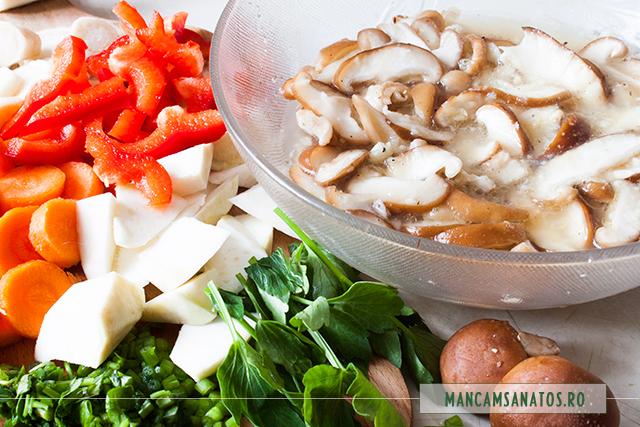 ciuperci shiitache marinate, legume si leustean pregatite pentru blenduit, pentru ciorba raw vegana